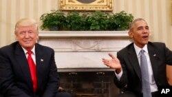 Le président sortant des Etats-Unis Barack Obama s'entretient avec son successeur Donald Trump au Bureau Ovale de la Maison Blanche, à Washington, 10 novembre 2016.