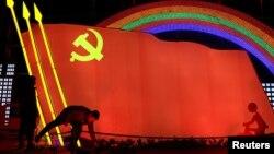 中国山东济宁为迎接农历春节竖起中共党旗灯箱。(2019年1月29日)