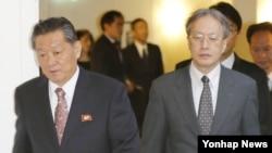 북한과 일본이 26일 스웨덴 스톡홀름에서 정부간 공식 협상을 재개했다. 스톡홀름 시내의 한 호텔에서 만난 송일호(왼쪽) 북한 북일국교정상화교섭 담당대사와 이하라 준이치 일본 외무성 아시아대양주국장이 나란히 회담 장소를 향하고 있다.