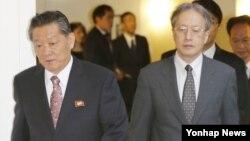 북한과 일본이 지난 26일 스웨덴 스톡홀름에서 정부간 공식 협상을 재개했다. 스톡홀름 시내의 한 호텔에서 만난 송일호(왼쪽) 북한 북일국교정상화교섭 담당대사와 이하라 준이치 일본 외무성 아시아대양주국장이 나란히 회담 장소를 향하고 있다.
