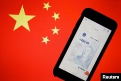 中国数字货币在手机上的官方应用程序与中国国旗。(2020年10月16日)