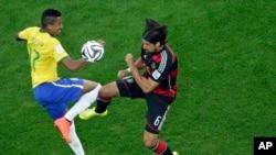 Cầu thủ Luiz Gustavo của Brazil (trái) và cầu thủ Sami Khedira của Đức tìm cách kiểm soát bóng trong trận bán kết ở Belo Horizonte, Brazil, ngày 8 tháng 7, 2014.