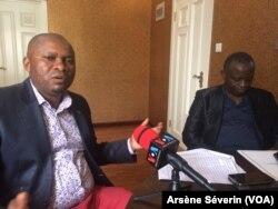 Le représentant personnel du pasteur Ntumi, Philippe Ané Bibi et son collègue Gustave Tondo à Brazzaville, au Congo, le 8 août 2018. (VOA/Arsène Séverin)