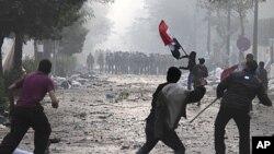 埃及抗议者12月16日向宪兵投掷石块和燃烧弹