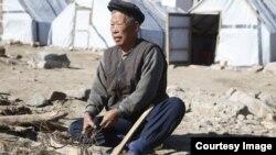 국제적십자사 IFRC가 최근 웹사이트에 함경북도 무산군의 수해 피해 현장 사진을 여러장 공개했다. 집을 잃고 임시 천막에서 살고 있는 한 수재민이 장작을 패고 있다.