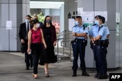 從左至右:美國、澳大利亞、新西蘭的外交官們走過香港警察進入香港最高法院聆聽唐英傑案的法庭審理。 (2021年6月23日)