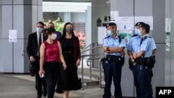 從左至右:美國、澳大利亞、新西蘭的外交官們走過香港警察進入香港最高法院聆聽唐英傑案的法庭審理。(2021年6月23日)