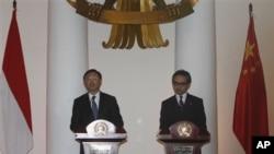 中国外长杨洁篪(左)与印尼外长马蒂在雅加达会晤后举行记者会(2012年8月10日)