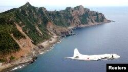 2011年10月13日日本海上自衛隊PC3偵察機在釣魚島海域上空進行巡邏。
