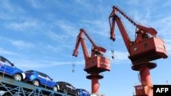 2018年5月31日中國連雲港裡即將出口的汽車(法新社)