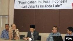 Rektor dan peneliti ITS menyampaikan hasil kajian akademis terkait rencana pemindahan ibu kota negara dari Jakarta ke daerah lain, di Kampus ITS Surabaya Kamis 17 Agustus 2017 (foto: VOA/Petrus Riski).