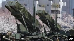 Pasukan Bela Diri Jepang menyiapkan misil penangkis Patriot di Tokyo (7/4), untuk mengantisipasi peluncuran roket Korea Utara.