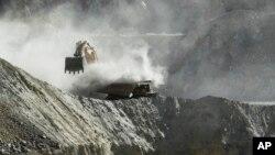 Una retroexcavadora trabaja en una mina de cobre en Chile.
