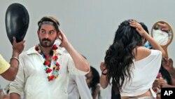 지난 2013년 인도 뭄바이의 영화 '쇼트컷 로메오'를 촬영장에서 배우들이 분장을 점검하고 있다. (자료사진)