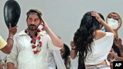 Diễn viên Bollywood Neil Nitin Mukesh và Puja Gupta soi gương trước khi lên màn ảnh tại Mumbai, Ấn Độ.