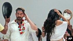 "Dua artis India, Neil Nitin Mukesh dan Puja Gupta memeriksa make up mereka sebelum shooting film ""Shortcut Romeo"" di Mumbai, India (foto: dok)."