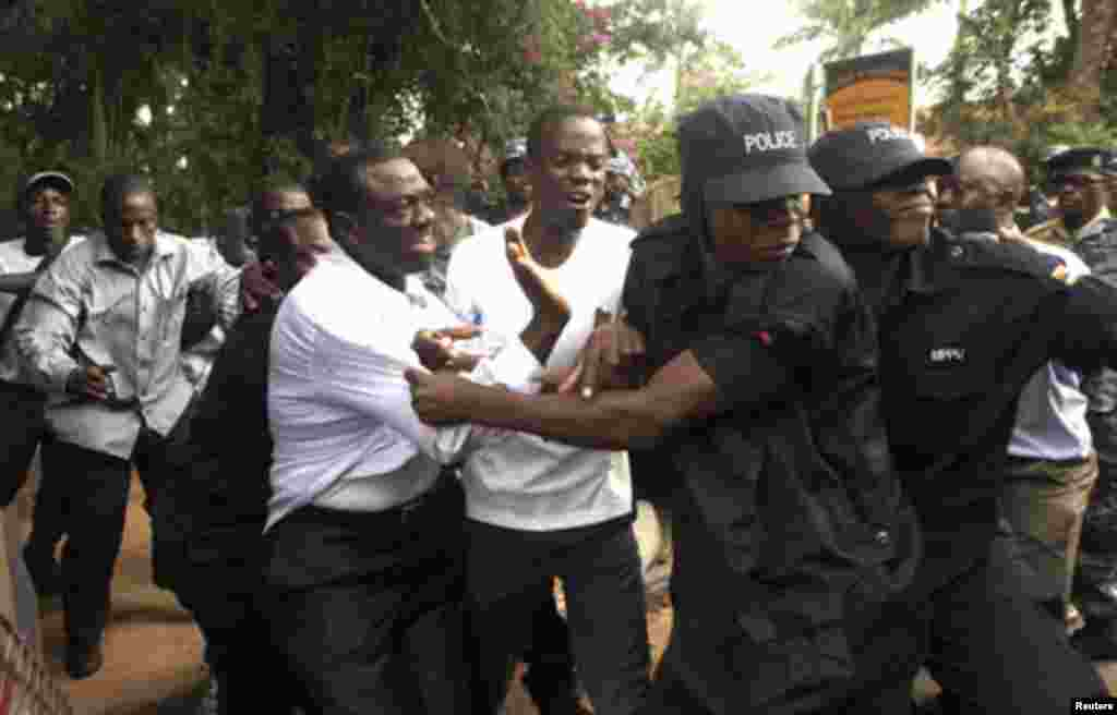 Ugandan policemen arrest opposition leader Kizza Besigye (front L) ahead of a rally to demonstrate against corruption and economic hardships in Uganda's capital Kampala January 19, 2012.