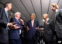 Ngoại trưởng Mỹ John Kerry thảo luận cùng Ngoại trưởng Pháp Laurent Fabius,Ngoại trưởng Đức Frank-Walter Steinmeier, Ngoại trưởng Anh Philip Hammond, trái, Ngoại trưởng Mỹ John Kerry, và Ngoại trưởng Áo tại Vienna.