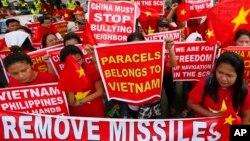 지난달 25일 필리핀 마닐라 시 중국 영사관 앞에서 시위대가 중국의 남중국해 군사화를 규탄하고 있다.