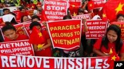 Người Philippines biểu tình trước Lãnh sự quán Trung Quốc ở Manila, ngày 25/2/2016.