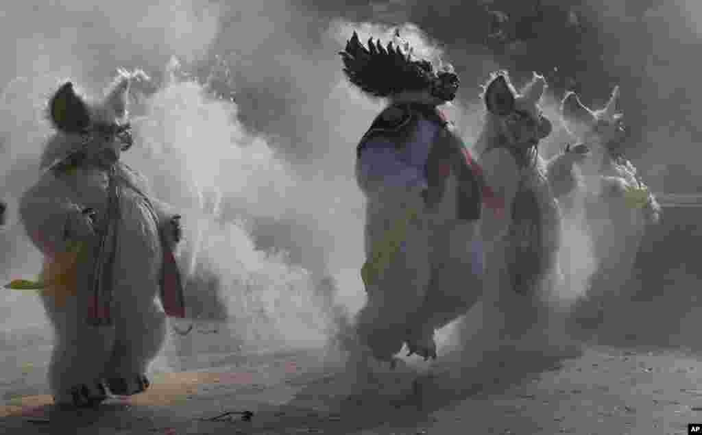رقصندگان در بولیوی در یک کارناوال سنتی مراسم «رقص شیطان» را اجرا می کنند.