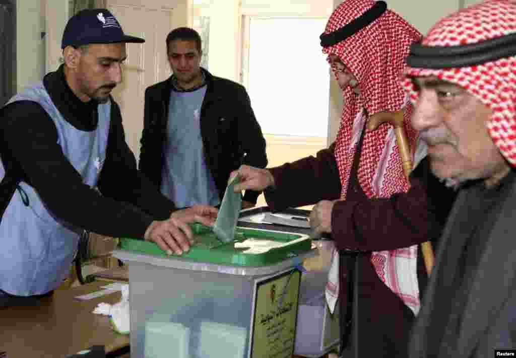 Акції протесту з вимогами політичних реформ проходили у Йорданії з початку 2011-го року. Наказ про розпуск парламенту було підписано королем Абдаллою Другим, 4-го жовтня.