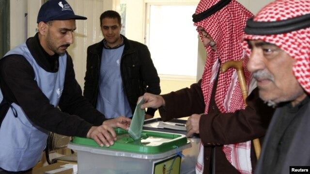 Warga Yordania memberikan suara bagi pemilu legislatif di ibukota Amman, Rabu (23/1).