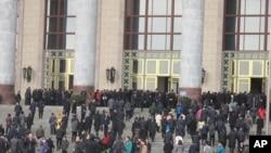 全国人大代表在两会期间步入北京人大会堂