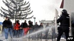 Kosovski policajci rasteruju suzavcem i vodenim topom pristalice pokreta Samoopredeljenje, 14 januara 2012. godine, kod Podujeva u blizini prelaza Merdare.