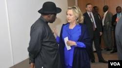 Menlu AS Hillary Clinton bertemu Presiden Nigeria Goodluck Jonathan (kiri) di ibukota Abuja hari Kamis (9/8).