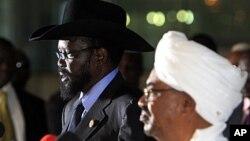 Le président Béchir (à dr.) et son homologue sud-soudanais Salva Kiir durant une conférence de presse à Khartoum (9 octobre 2011)