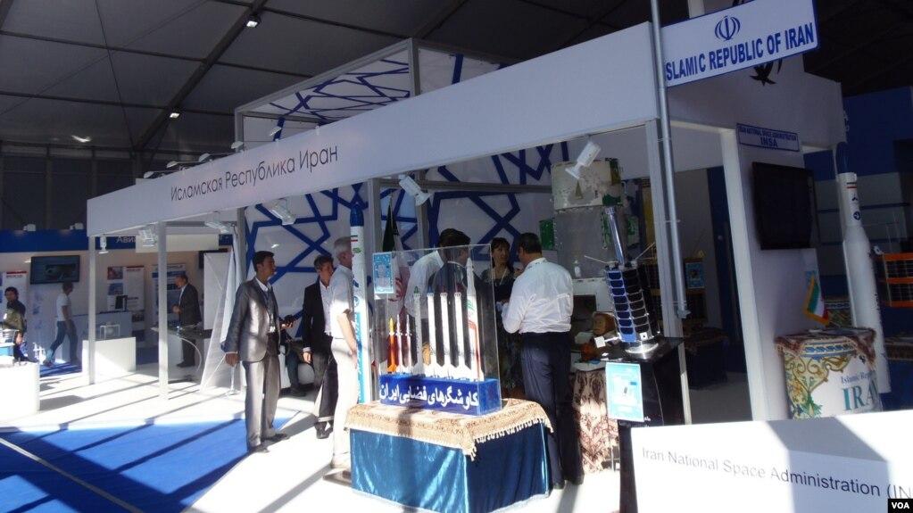 资料照:2015年莫斯科航展上的伊朗展台,两国人员在交流。