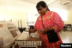 Una mujer mexicana vota en las elecciones presidenciales del domingo 1 de julio de 2018, en Ciudad Juárez.