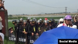 Dân biểu Đức Bernd Fabritius (bên phải) cùng các nhà tranh đấu Trương Minh Đức (từ phải sang), Đoàn Huy Chương, Đỗ Thị Minh Hạnh, và Phạm Bá Hải, ngày 10/4/2017. (Facebook Do Thi Minh Hanh)