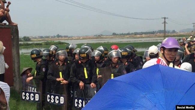 Cuộc đụng độ giữa dân và nhà chức trách tại thôn Vọng Đông, xã Yên Trung, huyện Yên Phong, Bắc Ninh, ngày 20/4/2017. (Facebook)