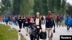 Imigrantes na fronteira entre a Hugria e Áustria