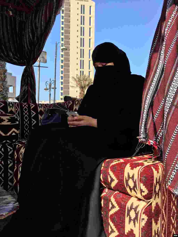 یک زن کویتی در بازار شهر