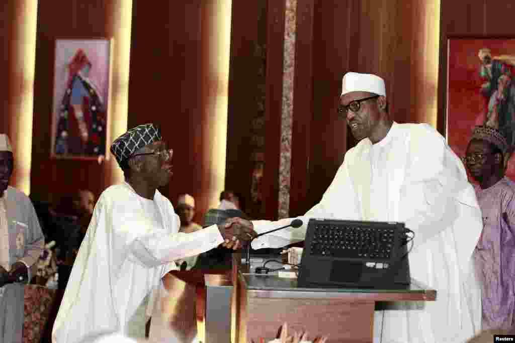 Ministan Ayyukan Gona Audu Ogbeh Suna Gaisawa Da Muhammadu Buhari