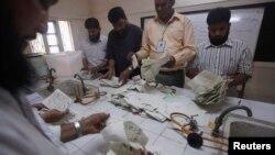 파키스탄의 카라치 선관위 직원들이 총선 개표 작업을 진행 중이다.