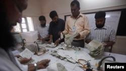 Izborni zvaničnici prebrojavaju glasove na biračkom mestu u Karačiju