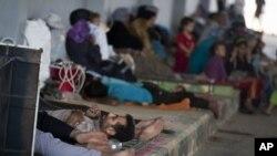 Pengungsi Suriah beristirahat di tempat penampungan Bab Al-Salam di kota Azaz, dekat perbatasan dengan Turki (foto: dok).