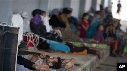 Para pengungsi Suriah beristirahat di kamp penampungan Bab Al-Salam di kota Azaz, Suriah dekat perbatasan Turki (foto: dok).