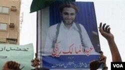 Para pendukung Abdolmalek Rigi melakukan protes di Karachi, Pakistan.