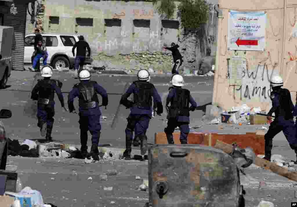 Anti-government protesters clash with riot police in Daih, Bahrain, Feb. 14, 2013.