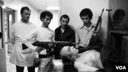 از عکسهای مشهور آقای عطار بعد از قتل «امیرعباس هویدا» نخست وزیر سابق ایران که پیش از صدور حکم کشته شد.