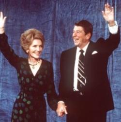 1980年11月4日,里根和他的夫人南希在总统选举中获胜后在洛杉矶的一家酒店