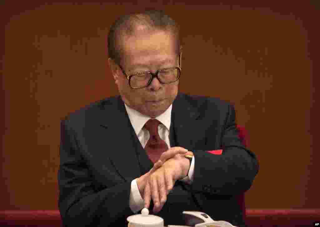 中国前领导人江泽民在北京人大会堂召开的中共19大开幕式上看手表(2017年10月18日)。加拿大《环球邮报》驻北京记者在推特上写道,在习近平两个小时的讲话中,江泽民九次看表。