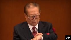 91岁的前中共中央总书记江泽民在习近平在中共19大开幕式上致辞时看手表。