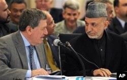 Le défunt ambassadeur Richard Holbrooke en compagnie du président afghan Hamid Karzai (Archives)