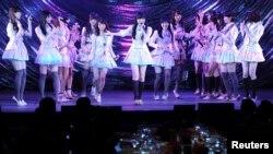 Grup pop perempuan Jepang AKB48 dalam sebuah penampilan di depan Perdana Menteri Shinzo Abe di Tokyo. (Foto: Dok)